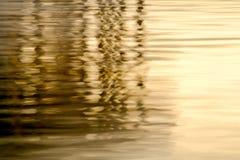 模糊的专栏反射抽象背景在水中 免版税库存图片