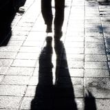 模糊的人腿走的城市街道 库存图片