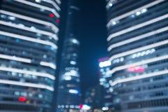 模糊的抽象现代大厦背景在晚上 免版税库存照片