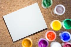 模糊的树胶水彩画颜料瓶子和纸 免版税库存图片