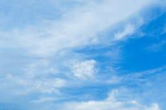 模糊的蓝天和云彩在雷暴的那天 在云彩发光桔子 库存图片