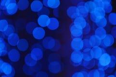 模糊的蓝色亮点背景和纹理在夜 库存图片