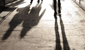 模糊的阴影和剪影在城市边路 图库摄影