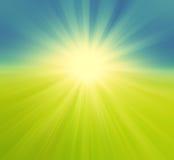 模糊的绿色领域和蓝天与夏天太阳爆炸,减速火箭的bac 免版税图库摄影