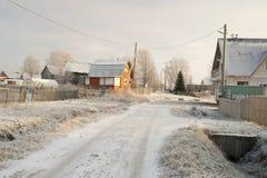 横向俄国村庄冬天 村庄街道 库存照片