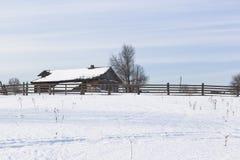 横向农村冬天 观看村庄Rogachiha, Verhovazhskogo区,沃洛格达州地区,俄罗斯 图库摄影
