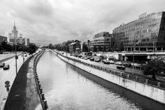 横向单色都市 河Yauza和它的堤防在雨天,莫斯科,俄罗斯的看法 免版税库存图片