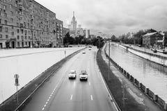 横向单色都市 河Yauza和它的堤防在雨天,莫斯科,俄罗斯的看法 图库摄影