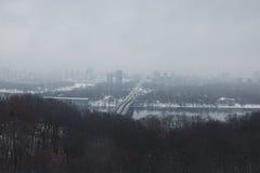 横向好冬天 早晨在城市 地铁桥梁连接城市的两家银行 路为天际去 大厦是hidi 免版税库存照片