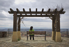 横向孤独的查找的妇女 免版税库存图片