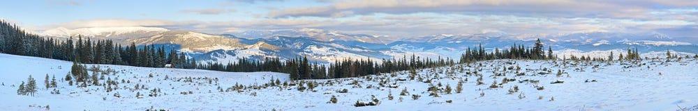 横向山全景日出冬天 免版税库存图片