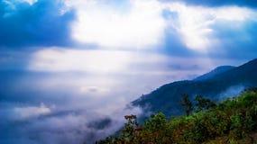 横向山发出光线星期日 图库摄影
