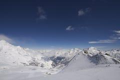 横向山多雪的瑞士 库存图片