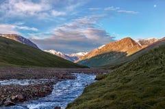 横向山奥秘河农村日出 库存照片