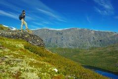 横向山挪威美丽如画的游人 免版税库存图片