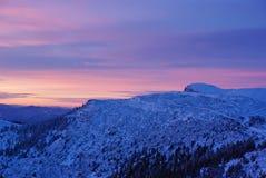 横向山日出 库存照片