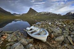 横向山美丽如画的挪威 尤通黑门山脉 库存图片