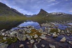 横向山美丽如画的挪威 尤通黑门山脉 免版税库存照片