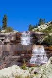 横向山mramorniy瀑布 免版税库存图片