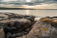 横向岩石海岸日落 库存照片