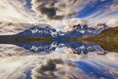 横向庄严山 山的反映 免版税库存照片