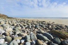 横向格式广角Pebble海滩和蓝天 库存图片