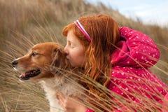 横向格式颜色射击了有红发狗的,吉斯伯恩,新西兰红发女孩 免版税库存照片