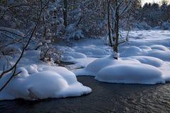 横向河冬天 库存照片
