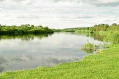 横向河春天 库存照片