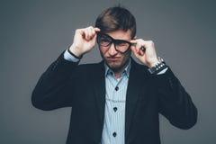 横向戴在灰色的商人的画象眼镜 库存图片