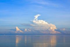 横向mornig平静场面的海运 库存照片