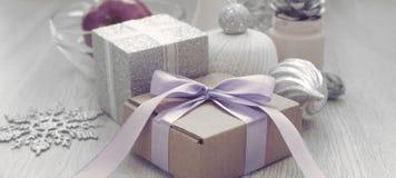 横幅与礼物盒的圣诞节构成有缎丝带装饰的圣诞节玩具爆沸弓材料的 库存照片
