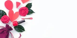 横幅与礼物英国兰开斯特家族族徽绿色叶子化妆用品的天鹅绒袋子 Valentine& x27的概念;平的位置s天A顶视图  图库摄影