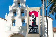 横幅和商标在圣地亚哥州立大学校园里  库存图片