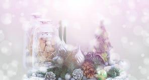 横幅圣诞节构成圣诞树锥体核桃蜡烛设色光线影响的球灯 库存照片