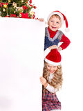 横幅在结构树附近的圣诞节孩子 库存图片