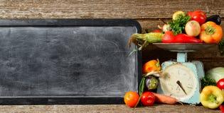 横幅结构的未加工的有机新鲜蔬菜,文本的,在木棕色桌上的平衡粉笔板 免版税库存照片