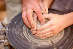横式转盘的陶瓷工 库存图片