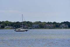 横断查尔斯顿港口的风船 免版税库存图片