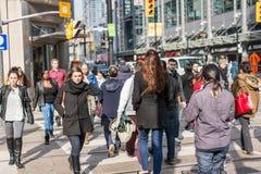 横渡一个繁忙的交叉点的步行者 库存照片