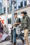横渡一个繁忙的交叉点的步行者 图库摄影