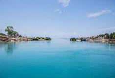 横渡与帆船或游艇低谷科林斯湾频道  库存图片