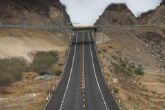 横渡与掀动的高速公路两座山 免版税库存图片