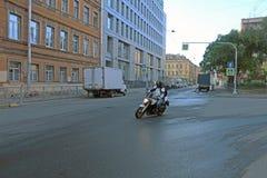 横渡交叉点的摩托车骑士以速度 库存图片