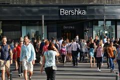 横渡从Unirea购物中心的人们 库存图片