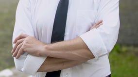 横渡他的手的商人,展示重要性和责任 股票视频
