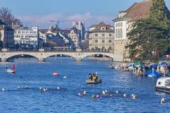 横渡利马特河的Samichlaus-Schwimmen的参加者 库存照片