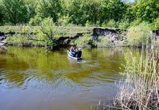 横渡在一条木平底船小船通过河翼果 乌克兰 图库摄影