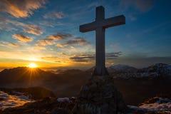 横渡在不可思议的日落颜色的一座山 免版税库存图片