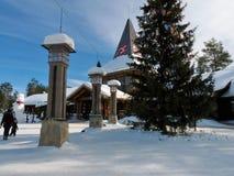 横渡在圣诞老人村庄的北极圈在罗瓦涅米,芬兰拉普兰 图库摄影